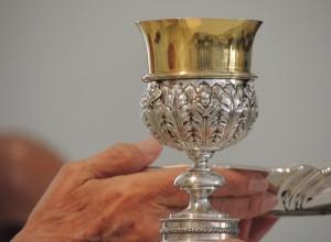 """La comunione nelle mani? Come preferisce il fedele. Papa Francesco """"risponde"""" al card. Sarah"""