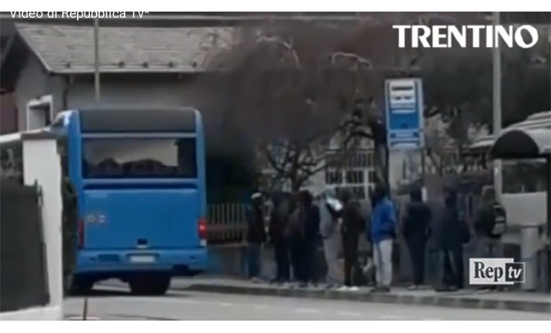 L'autista del bus lascia i migranti a piedi. La parlamentare leghista lo difende