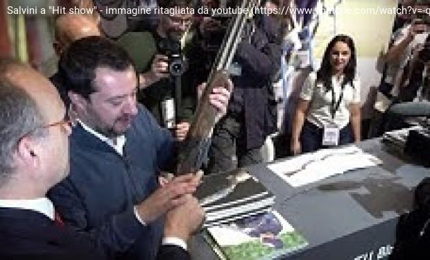 Vicenza: Salvini gioca con i fucili e lancia la legittima difesa. La denuncia dei pacifisti