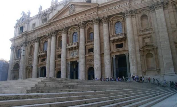 Coronavirus: il vicario del papa chiude le chiese di Roma, il papa le riapre