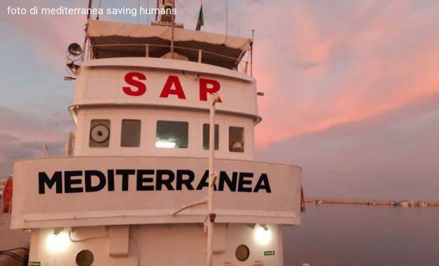 """Migranti alla deriva nel Mediterraneo: la """"Mare Jonio"""" corre per salvarli ma i libici arrivano prima"""