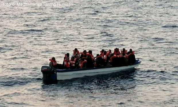 """La """"Mare Jonio"""" salva 43 migranti alla deriva nel Mediterraneo"""