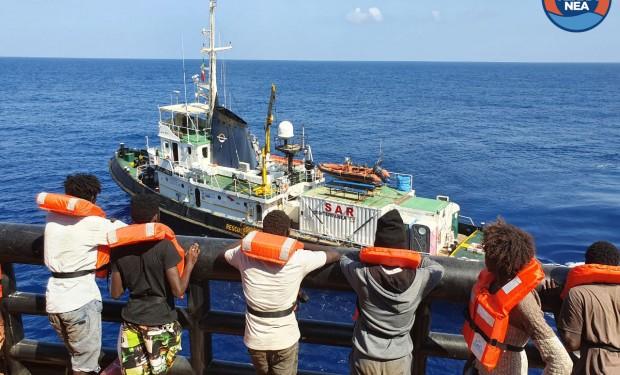 """A bordo della """"Mare Jonio"""" i 27 profughi abbandonati per 38 giorni sul mercantile """"Etienne"""""""