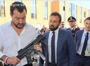Mons. Ricchiuti (Pax Christi): Salvini col mitra in mano nel giorno di Pasqua, gesto «grave» e «superficiale»