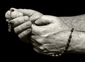 Rosario brandito come amuleto, sceneggiata leghista a Milano. I cattolici democratici rigettano le strumentalizzazioni