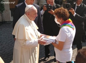 L'abbraccio di papa Francesco ai genitori cattolici e ai loro figli LGBT